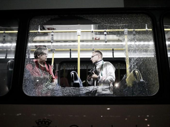 Objeto que atingiu ônibus de jornalistas foi uma pedra, afirma Comitê Rio 2016