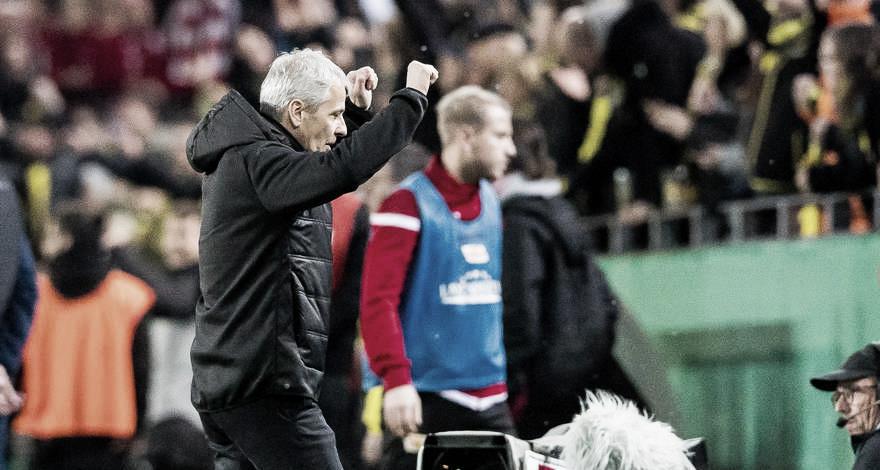Lucien Favre critica desempenho, mas se mostra aliviado com classificação do Dortmund