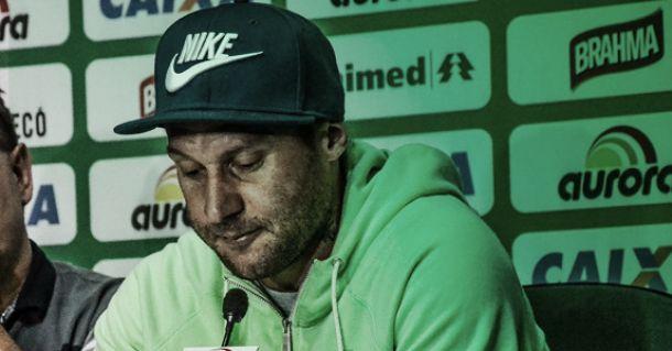 Em prantos, Rodrigo Gral deixa a Chapecoense