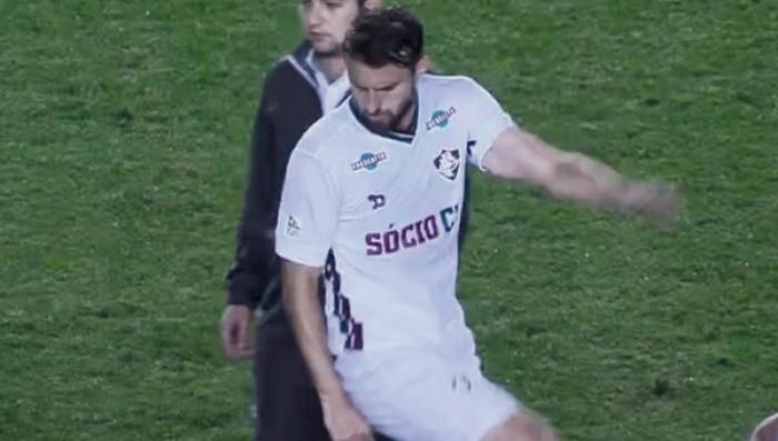 "Vídeo - Henrique se desculpa após chutar camisa do Santos: ""Estava de cabeça quente"""