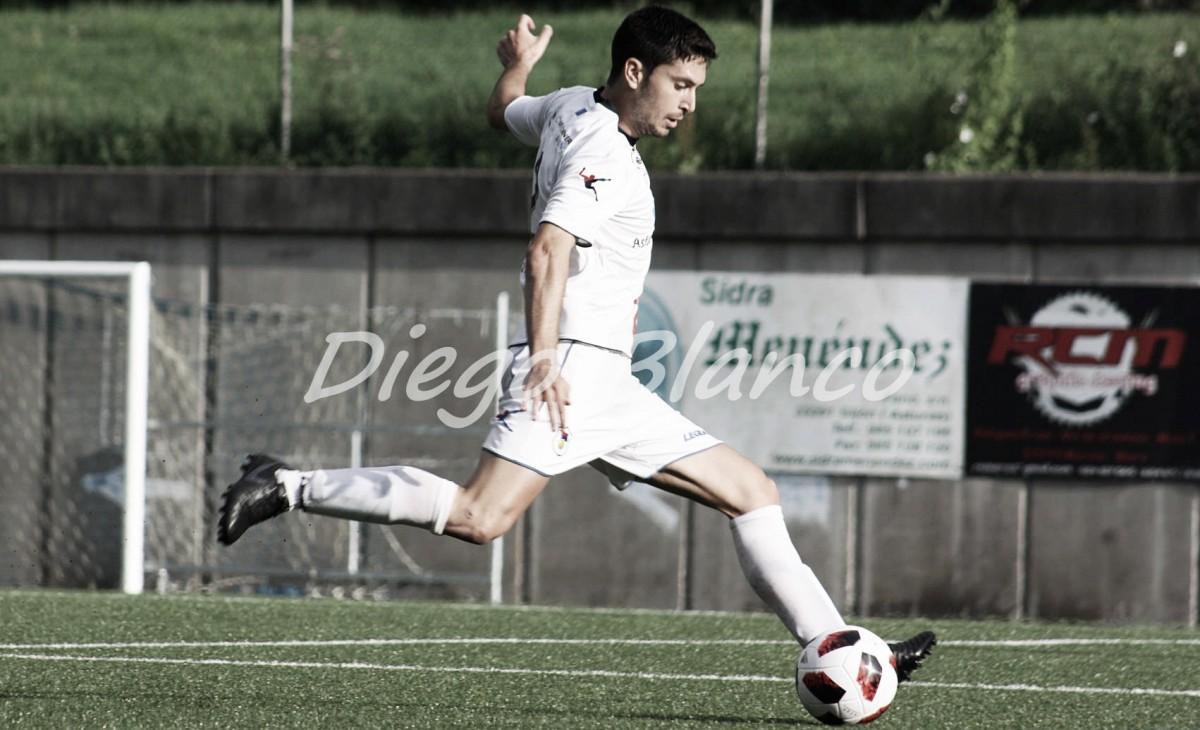 El jugador del Langreo, Héctor Nespral, durante un encuentro de esta pretemporada. Foto: Diego Blanco VAVEL