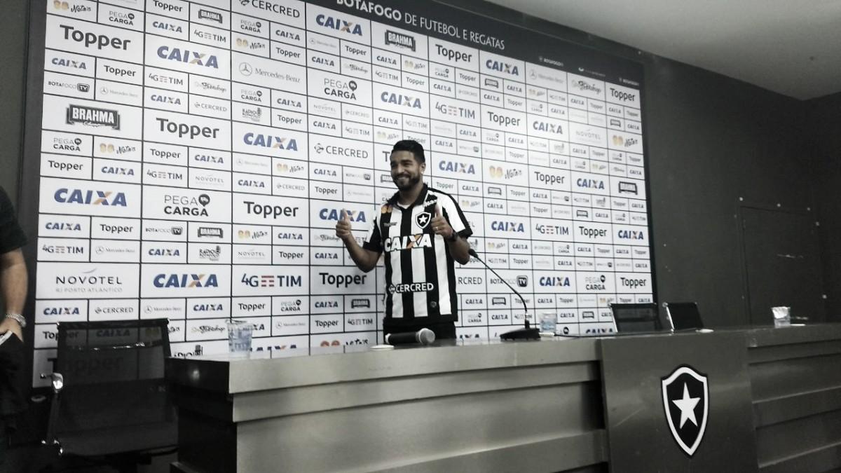 """Finalmente apresentado, Aguirre fala em fazer história no Botafogo: """"Quero marcar meu nome"""""""
