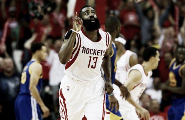 James Harden mantiene con vida a los Rockets