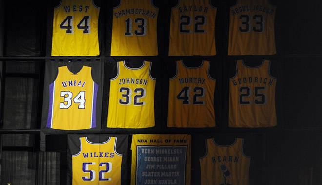 Em noite de homenagem a Shaquile O'Neal, Lakers atroplela Mavericks