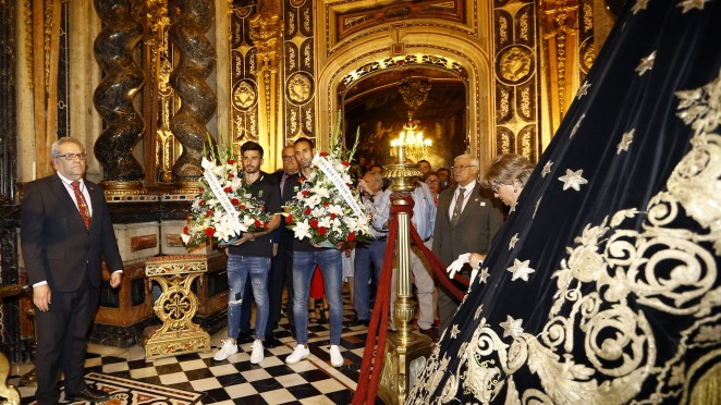El Granada CF ofrece el ascenso a la patrona con una ofrenda floral