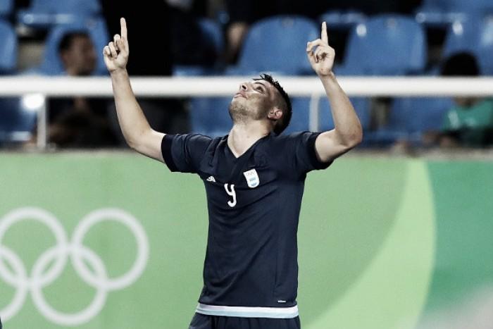 Argentina leva a melhor diante da Argélia com Calleri decidindo e segue viva pelo tri