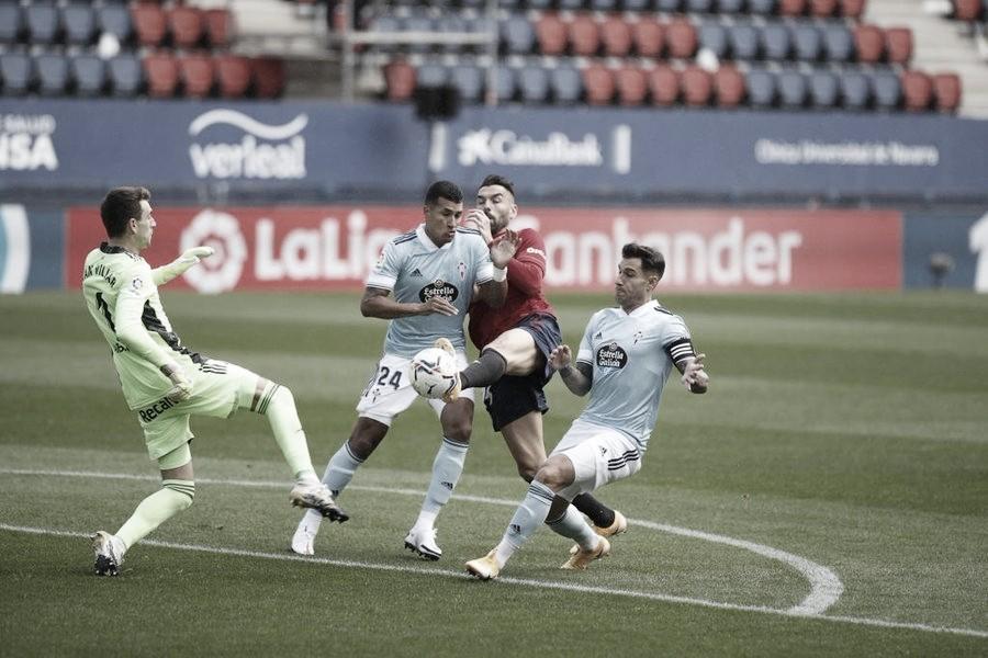 Iván Villar despeja un balón con el pie. (Fuente: C. A. Osasuna)
