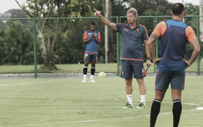 """Oswaldo lamenta expulsão de Rithely: """"Estava otimista para o segundo tempo"""""""