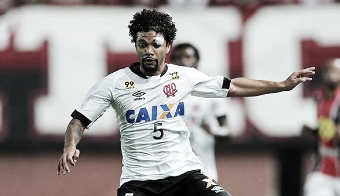Após oito anos, volante Otávio deixa Atlético-PR e acerta com Bordeaux