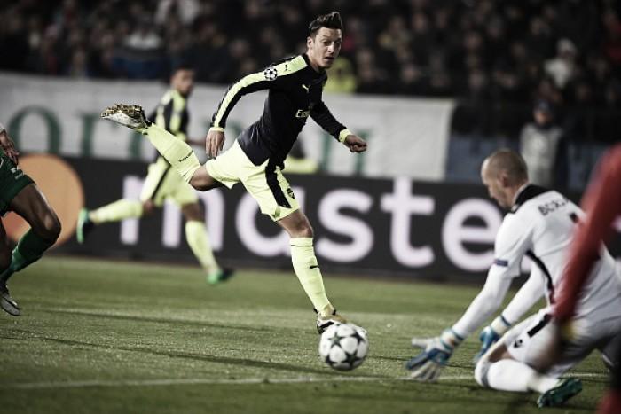 Özil marca golaço no fim, Arsenal vira sobre Ludogorets e garante vaga nas oitavas