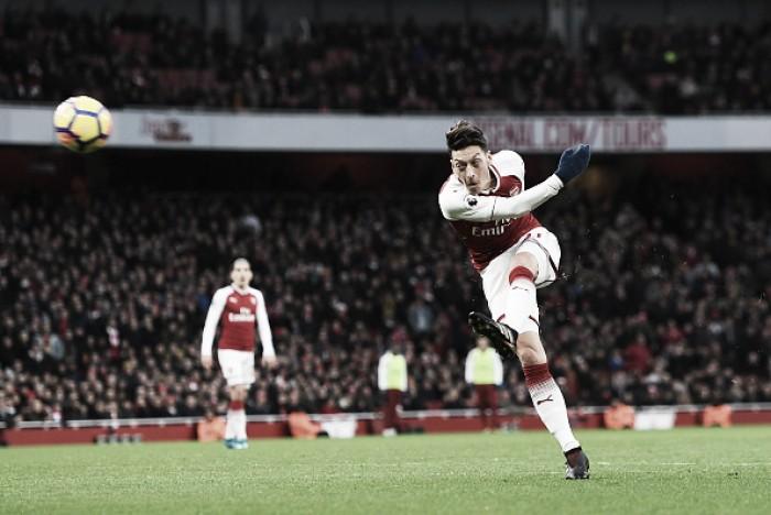 Özil marca golaço, Arsenal bate Newcastle pelo placar mínimo e retorna ao G-4