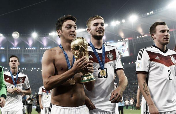 Mesut Özil doa sua premiação da Copa do Mundo para cirurgias de crianças brasileiras