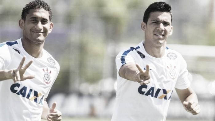 Fora do Corinthians, Pablo tem ausência sentida por colegas em entrega da taça