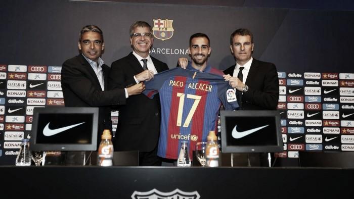 """Paco Alcácer é apresentado e elogia elenco do Barcelona: """"Ao lado deles tudo será mais fácil"""""""