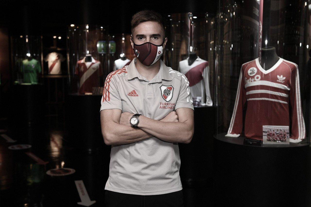 Agustín Palavecino se viste con la camiseta de River Plate