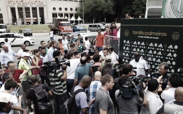 Na Praça Charles Muller, Palmeiras apresenta nova camisa branca