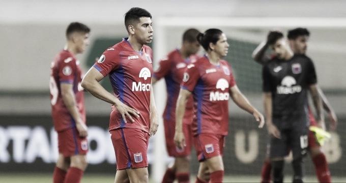 """Diego """"Cachete"""" Morales encabezando la salida del equipo."""