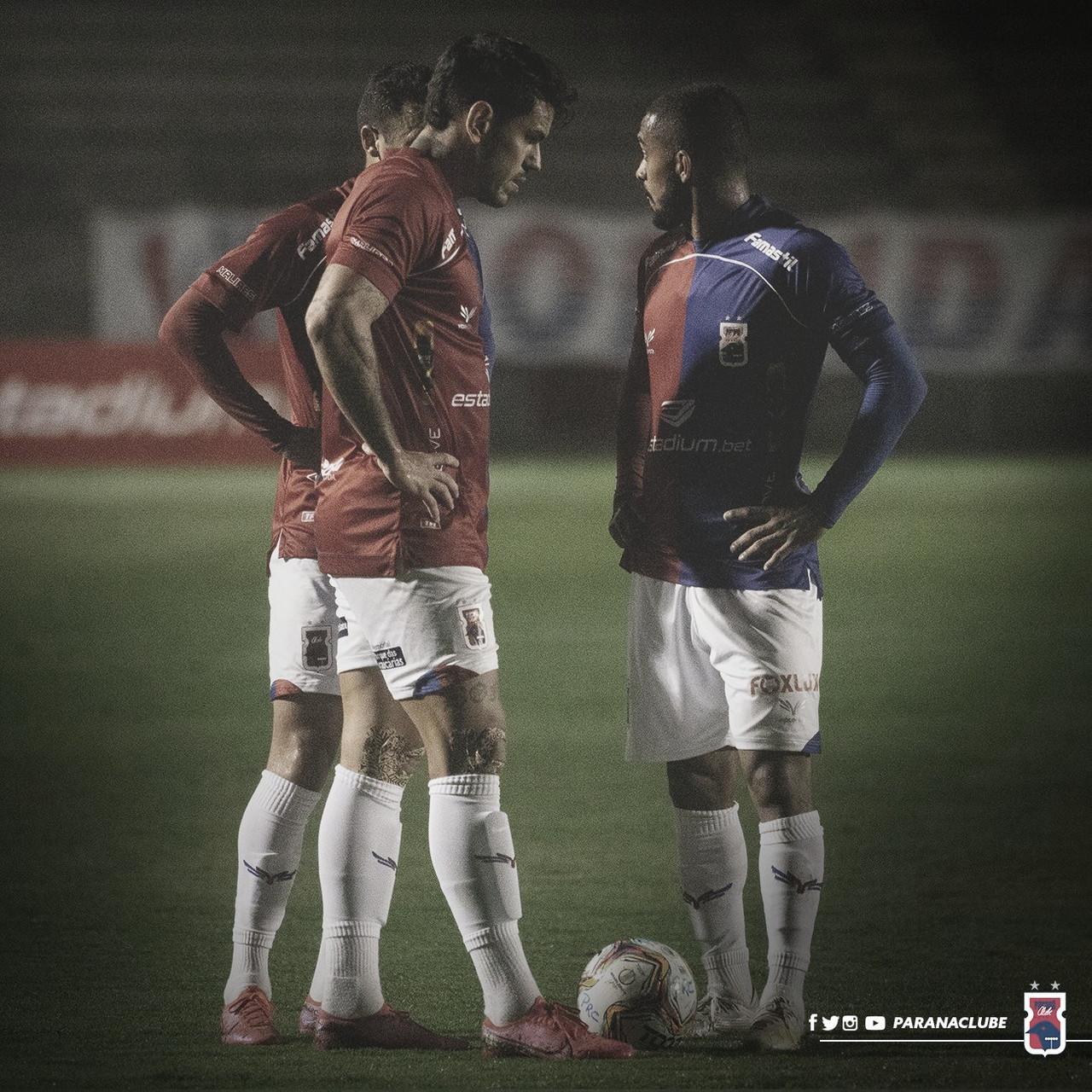 """Na ponta da Série B, Allan Aal elogia Paraná, mas ressalta: """"Todo jogo vai ser muito difícil"""