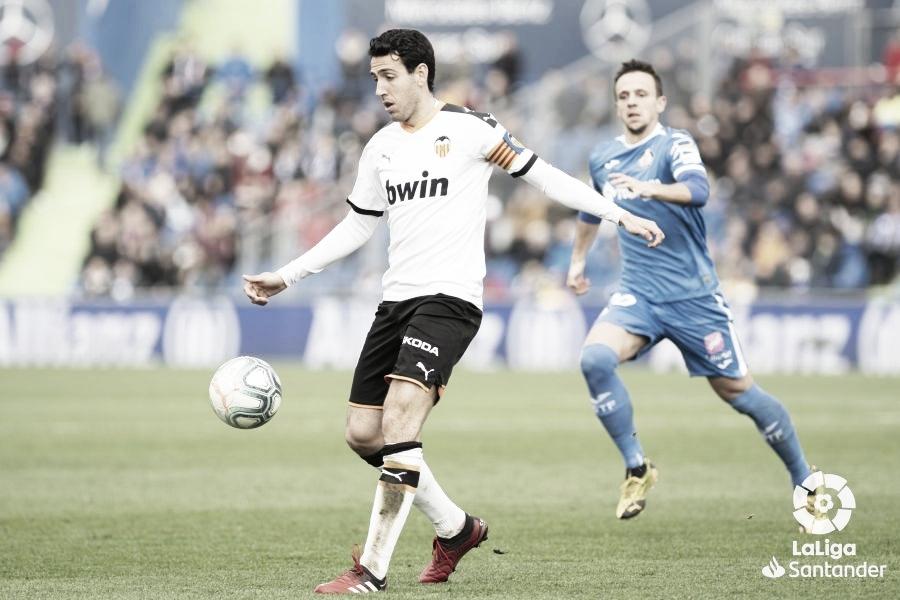 Parejo, jugando en el Valencia contra el Getafe, temporada 19/20