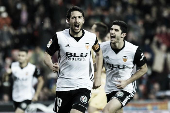 Valencia sofre, mas vira sobre Girona e segue na cola dos líderes