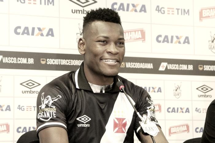 """Paulão é apresentado oficial e exalta grandeza do Vasco: """"É um clube gigante"""""""