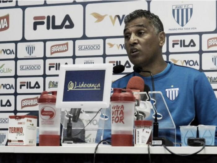 """Auxiliar Paulo Antônio comenta empate do Avaí: """"Ponto melhor que o futebol apresentado"""""""