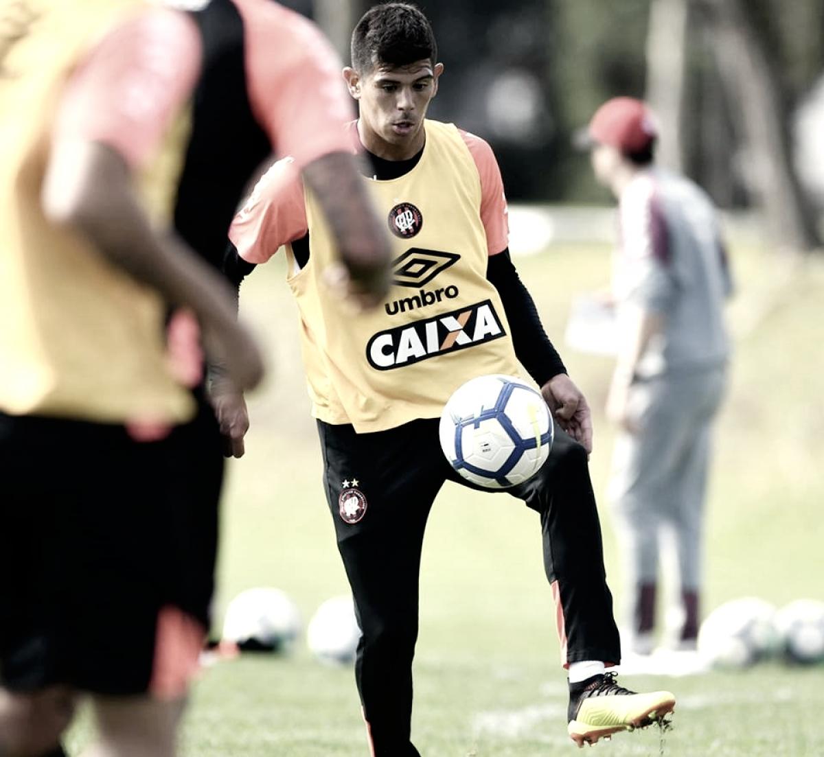 Saída de Pavez aumenta disputa no meio-campo do Atlético-PR