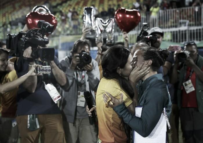 O amor vence: atleta do rúgbi feminino é pedida em casamento após premiação