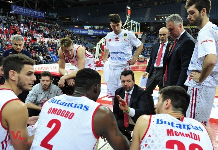 Legabasket - Moore sulla sirena regala il trionfo a Pesaro: Varese KO nonostante la rimonta (74-71)