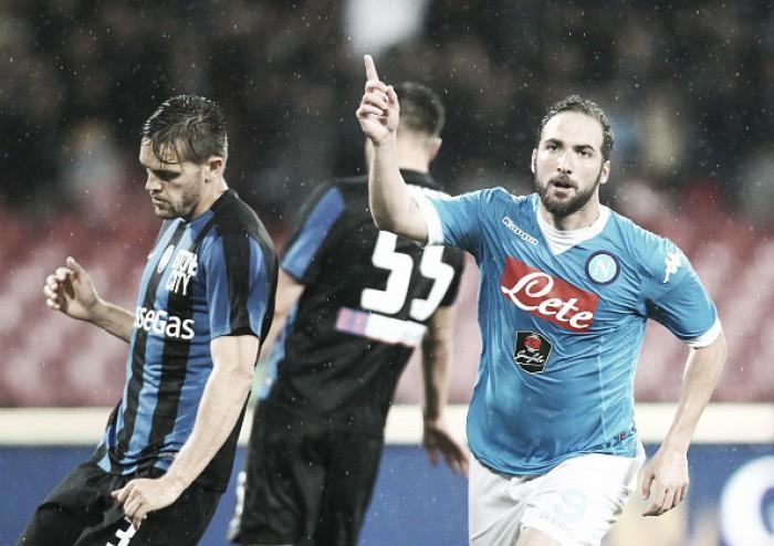 Napoli sofre susto, mas bate Atalanta e segue na briga por vaga direta na Champions