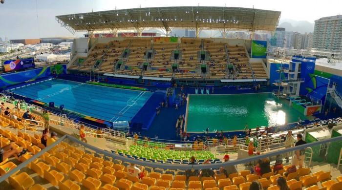 Piscina verde chama atenção na competição de saltos ornamentais na Rio 2016