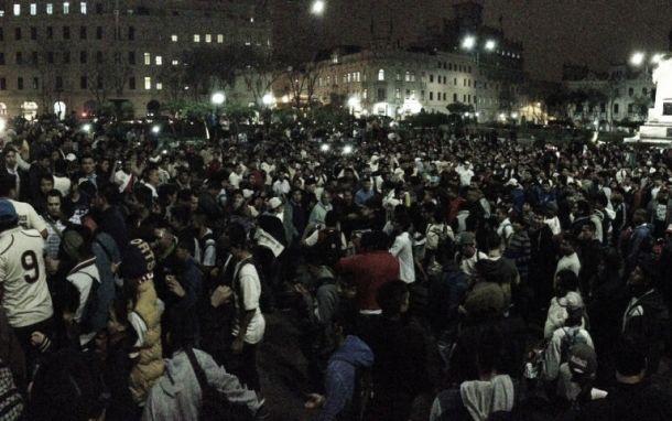 Hinchas de Universitario celebraron su aniversario 91 en la Plaza San Martín
