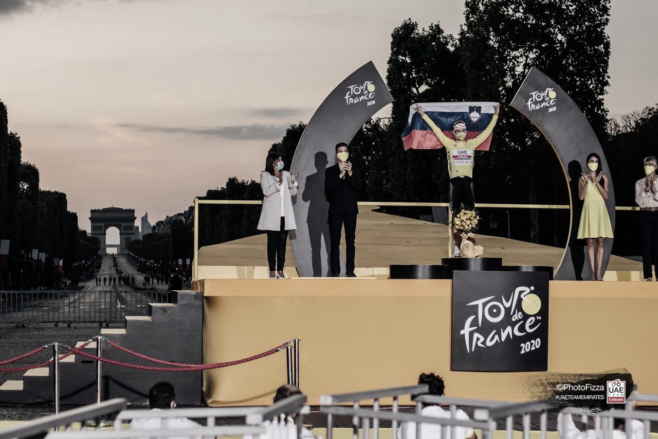 Imagen del equipo UAE Emirates de Tadej Pogacar en el podium del Tour de Francia. Foto de @UAETeamEmirates