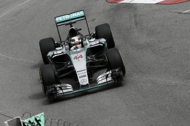 Lewis Hamilton larga na frente em Mônaco