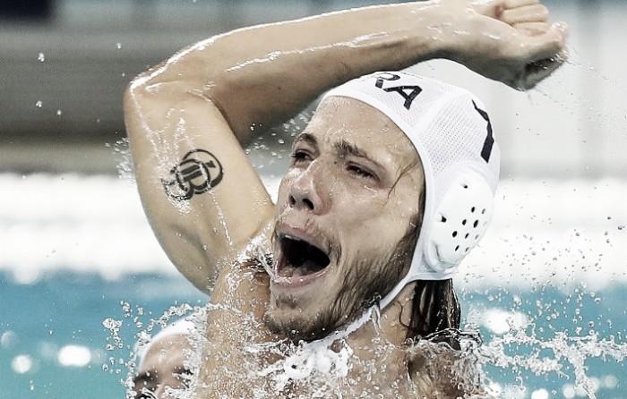 Brasil bate atual campeã Sérvia e se garante nas quartas do polo aquático masculino