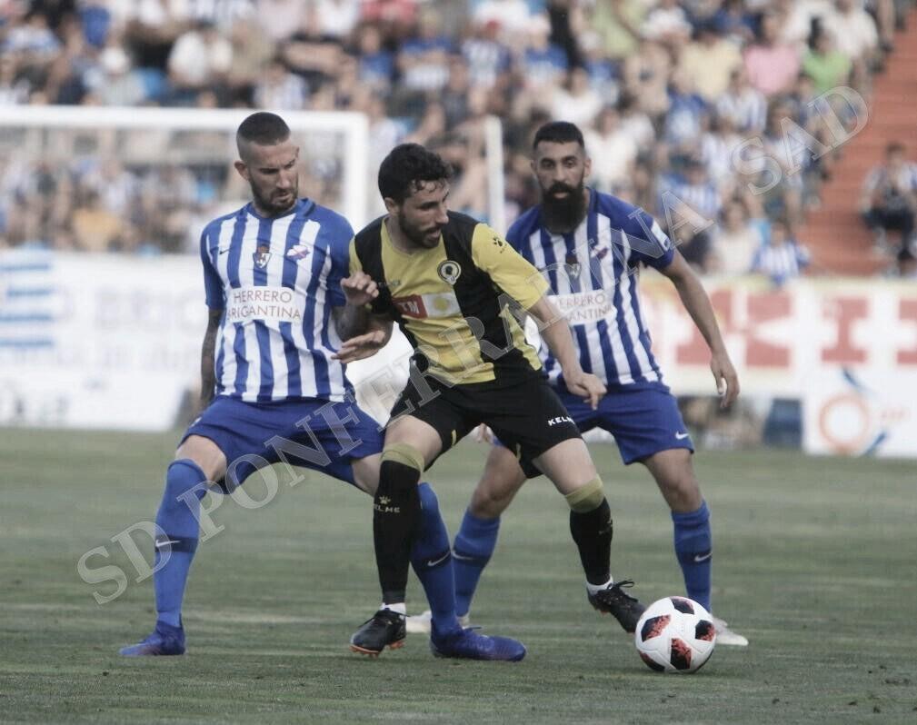 Oscar Sielva, autor del tanto de la Deportiva, disputando el esférico ante Diego Benito. FOTO | Twitter @SDP_1922
