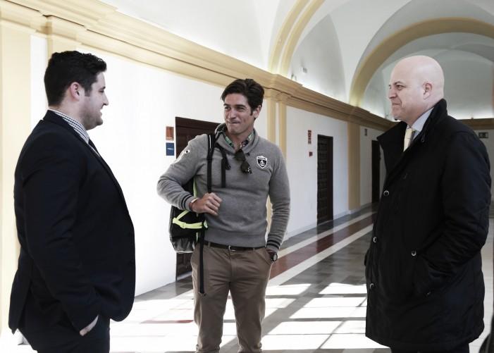 Javier Hernanz, con David Cal y el director general de Deportes, Pablo Rosique. (Firma: Jacinto Ayuso - UCAM)
