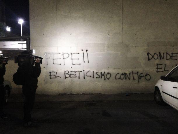 Aparecen pintadas en el Benito Villamarín contra la directiva