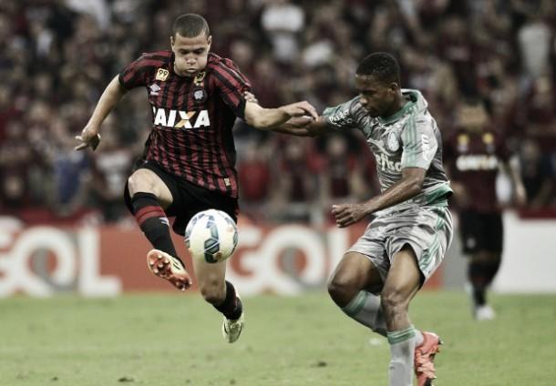 Em jogo de seis gols e repleto de polêmicas, Atlético-PR e Palmeiras ficam no empate