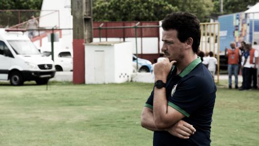"""Diniz lamenta novo tropeço do Fluminense: """"Time entrou de maneira dispersa"""""""