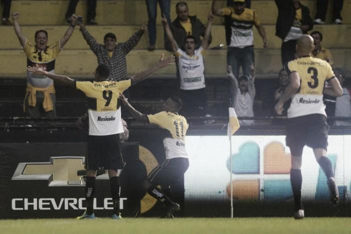 Criciúma e Brasil de Pelotas medem forças em duelo direto por vaga no G4 da Série B