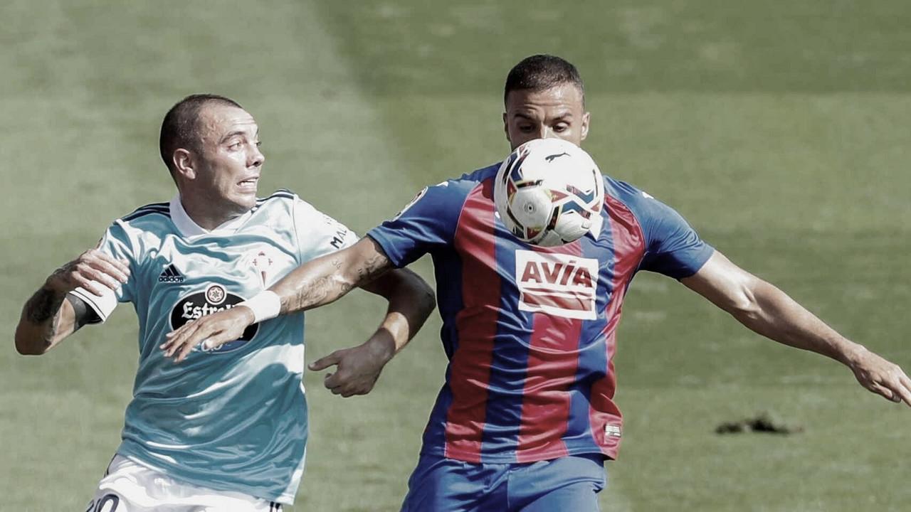 Iago Aspas disputando un balón con Pedro León en el SD Eibar - RC Celta de la jornada 1 / Fuente: EFE