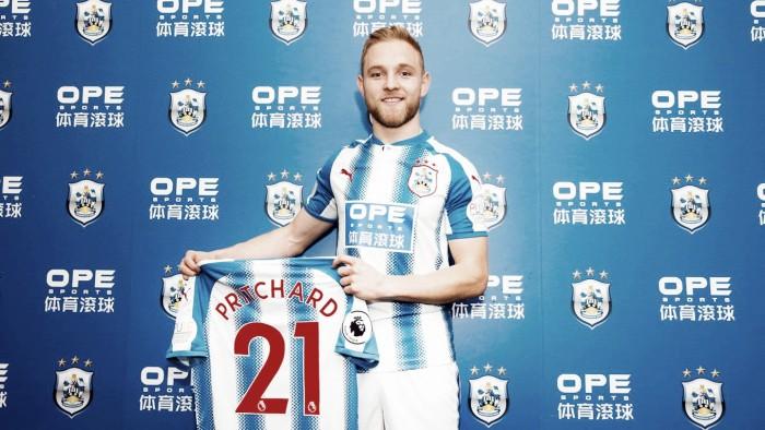 Com objetivo de reforçar sistema ofensivo, Huddersfield anuncia contratação de Alex Pritchard