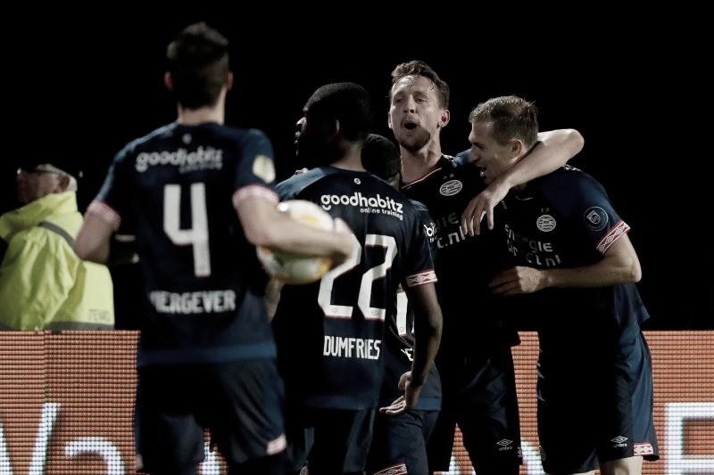 PSV golea para mantenerse en la pelea por el título; Hirving Lozano sale lesionado