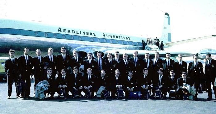 El seleccionado de 1965 antes de viajar a Sudáfrica. Foto: La Nación