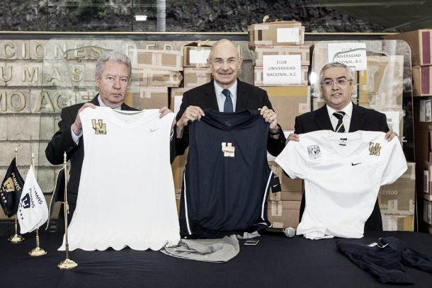 Pumas entrega uniformes a los deportes en la UNAM