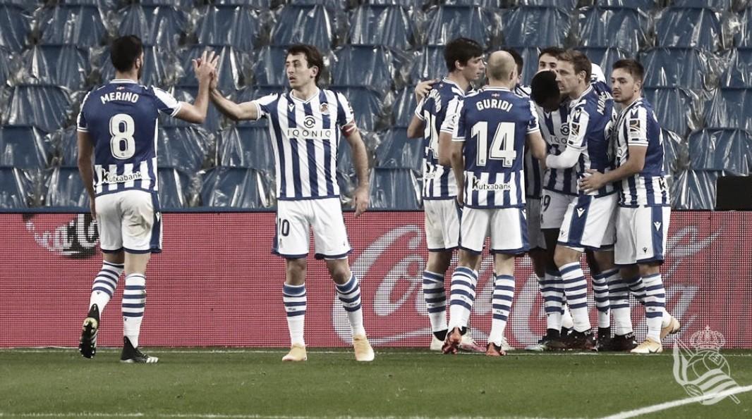 Los jugadores de la Real celebran el tanto de Isak. || Foto: Real Sociedad