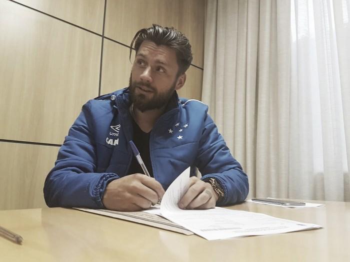 Principal reforço da temporada, Rafael Sóbis assina contrato com Cruzeiro