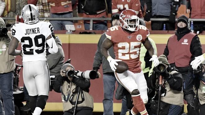 Chiefs humillan a Raiders para mantener el liderato de la AFC Oeste