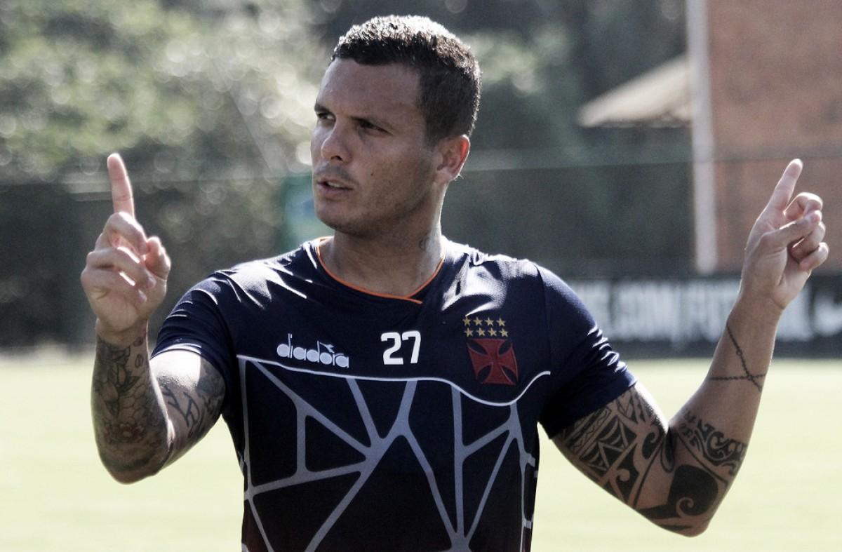 """Recuperado de lesão, Ramon se diz 100% e elogia Jorginho: """"Muito mais experiente"""""""